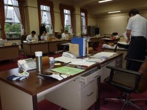 仕事をしている部屋です。手前が私の机です。