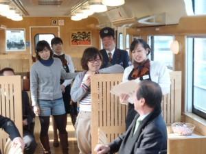 JR九州 社内で添乗員さんがクイズをしてくれています