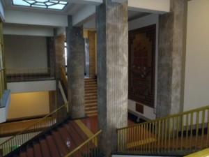 節電と運動不足解消のため登りおりしている県庁内階段