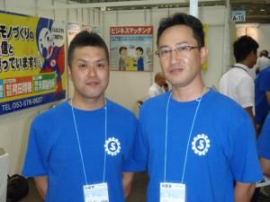 左から出展者の神田琢己さん(琢己ENGINEER)袴田雄司さん(袴田精機)